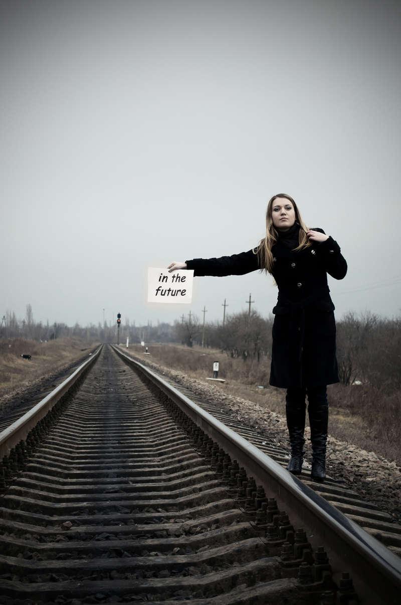 一个人站在铁路火车轨道上等待火车的高清背景图片jpg下载