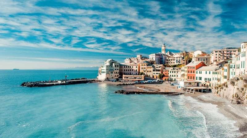 蓝色天空下海边小镇图片素材下载