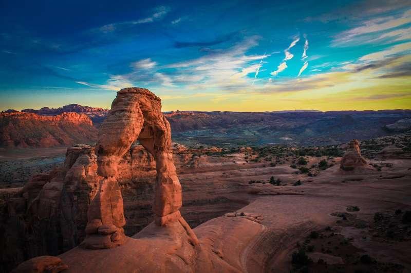 夕阳美景印衬下的丹霞地貌高清图片下载