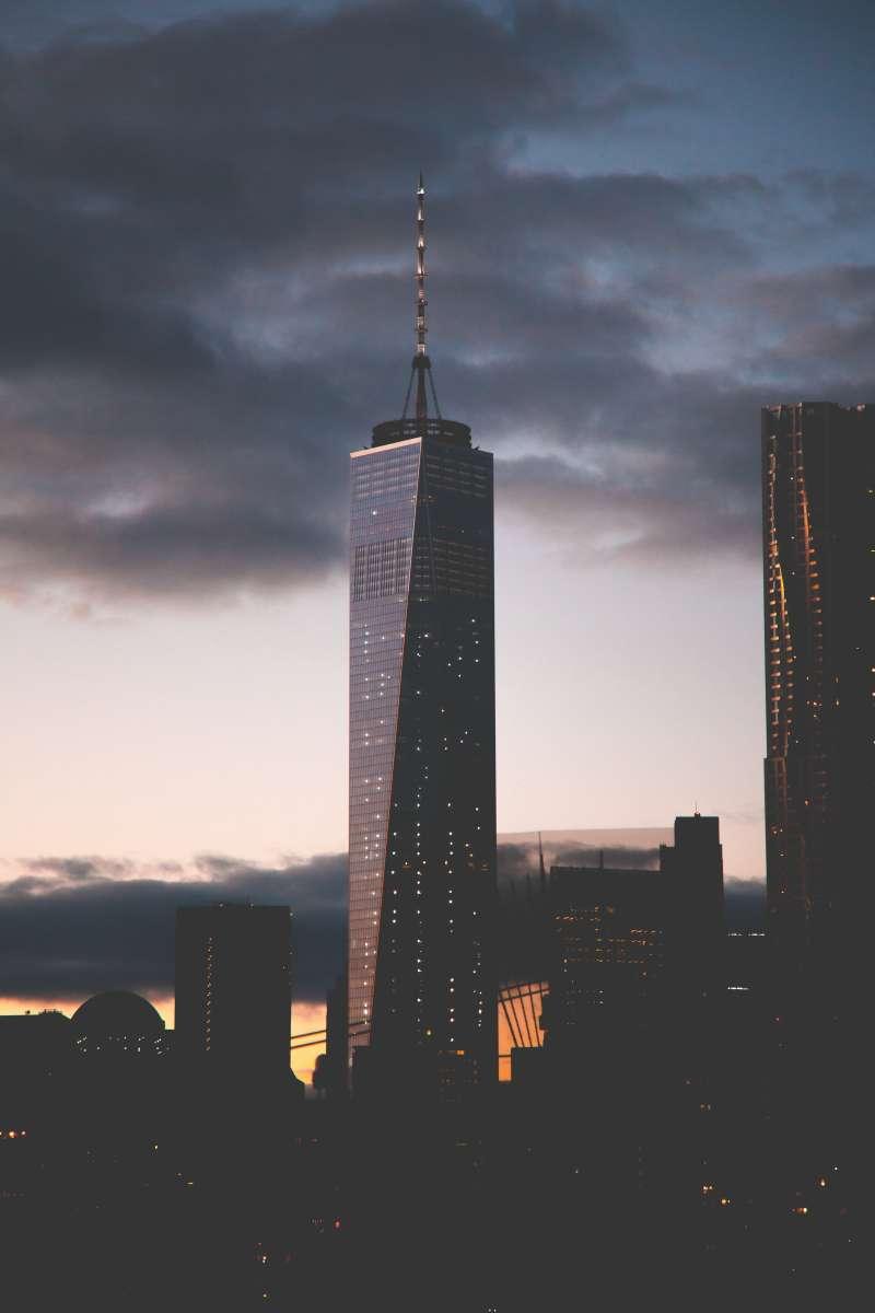 夜幕降临时的世界贸易中心大厦高清图片下载